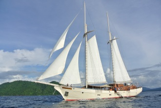 Mutiara Laut Liveaboard under sail.