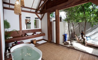 kipila private Villa master bedroom en-suite.