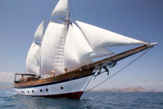 Mantra Liveaboard under sail.